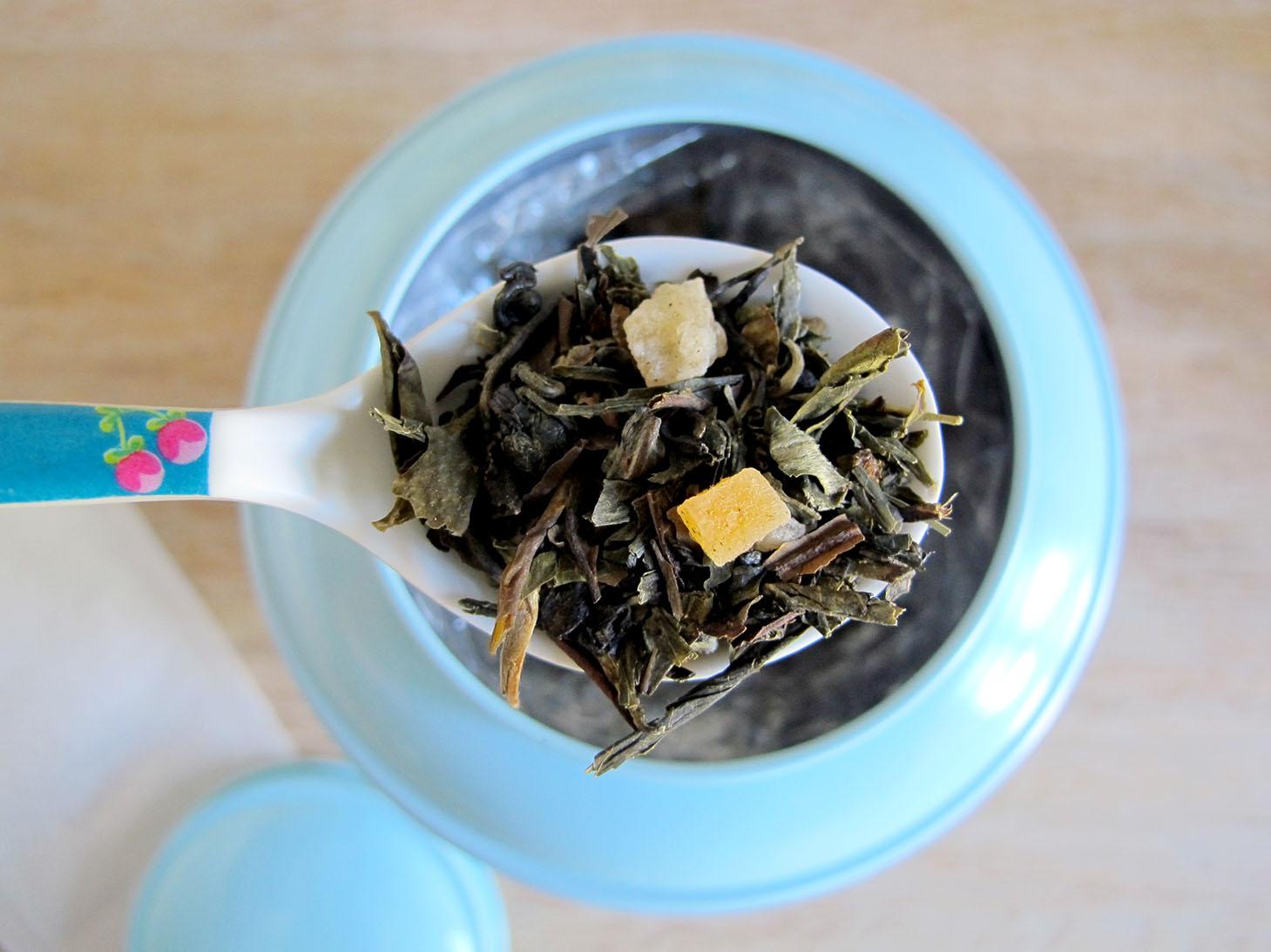 zoom på en teskefuld løs grøn te