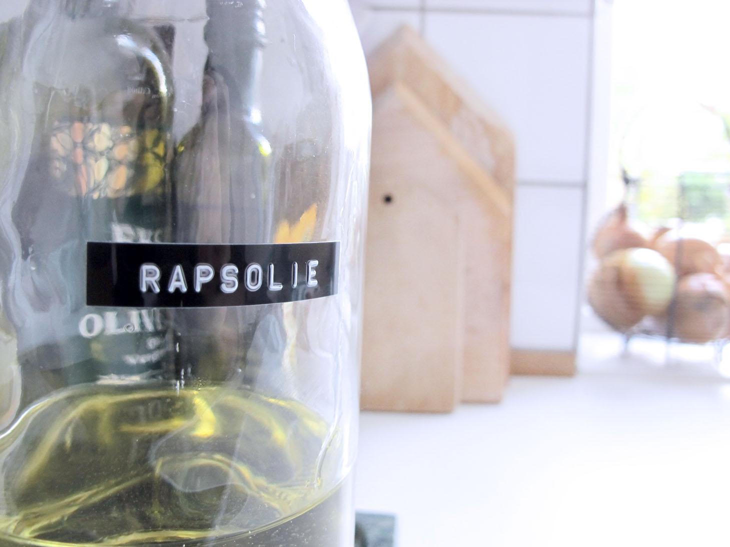 zoom på etikette og den nye olieflaske