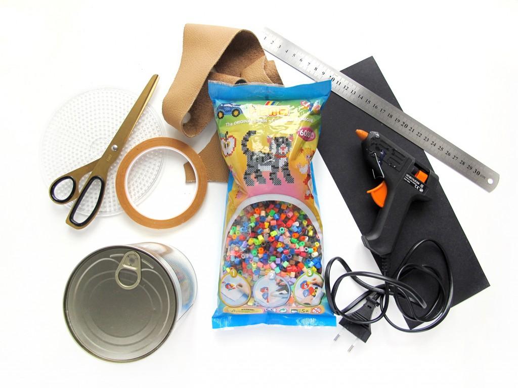 materia ler til diy: hama perler, limpistol, saks, tape, konservesdåse, læder og papir