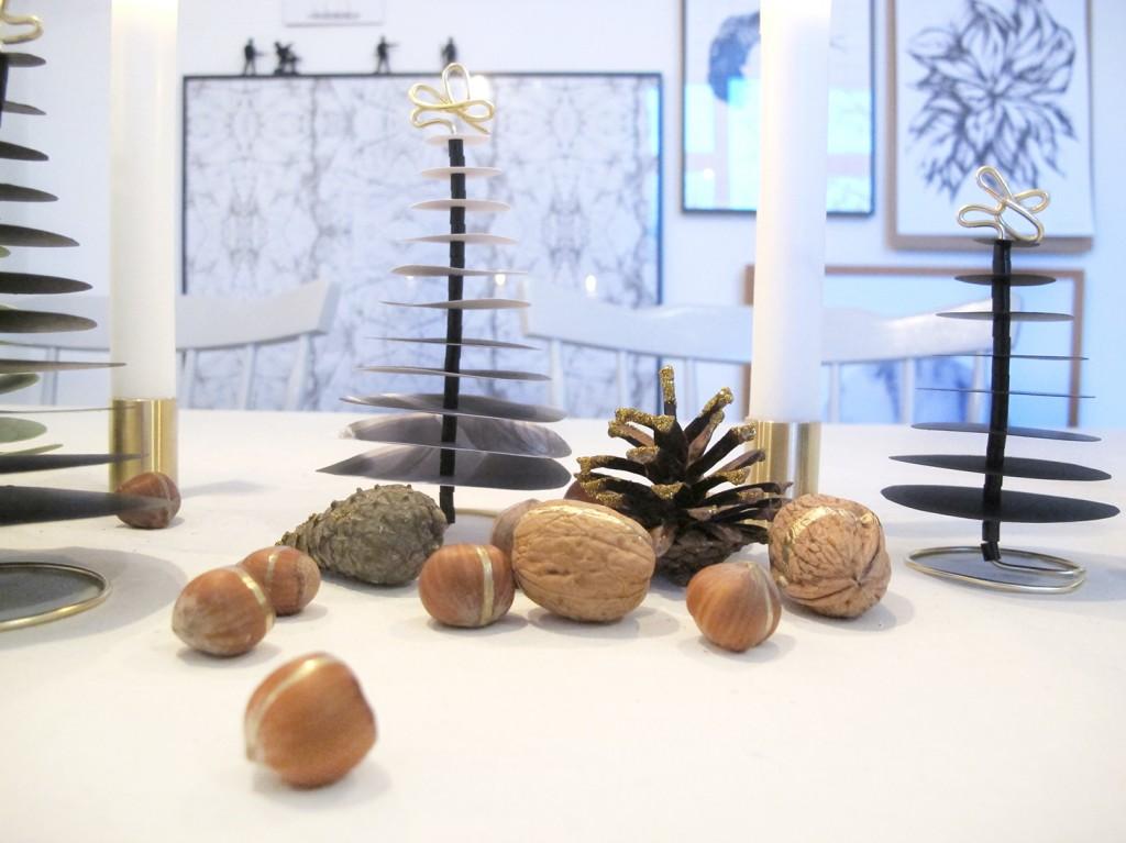 juletræer i papir, glimmer grandkogler og nødder med guld