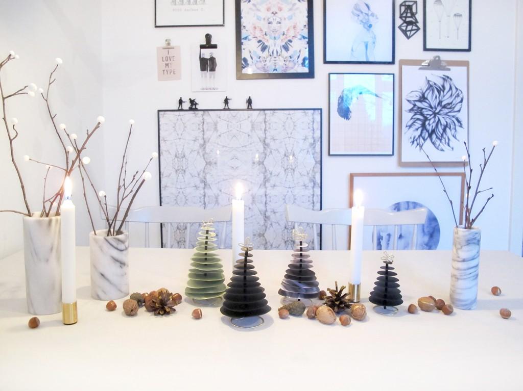 julebordet med applicata lysestager, marmor vaser og guld nødder