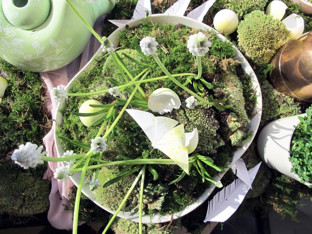 blomsterdekoration i kahler fad med æg