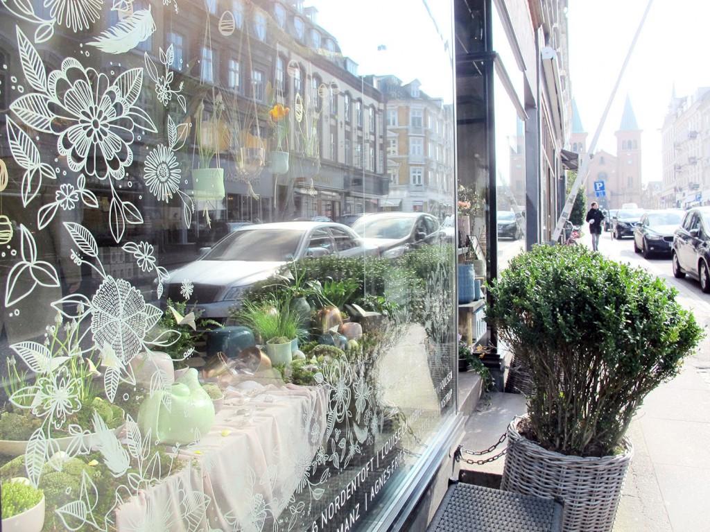 vindues dekoration tegnet med posca tuscher