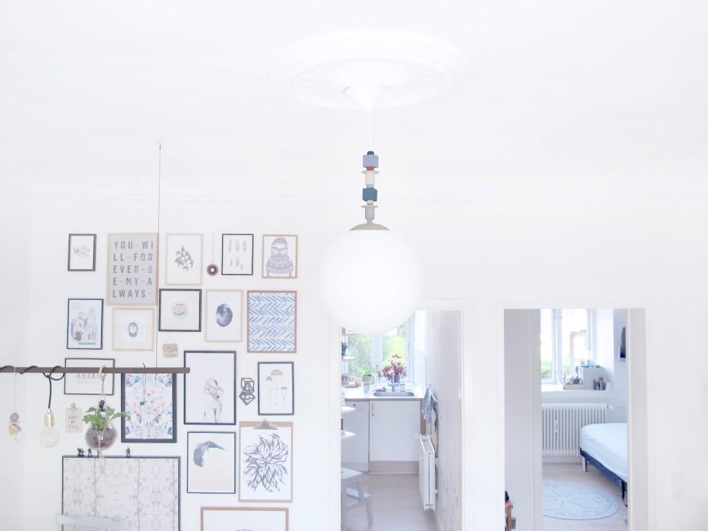 den færdige lampe hænger i stuen