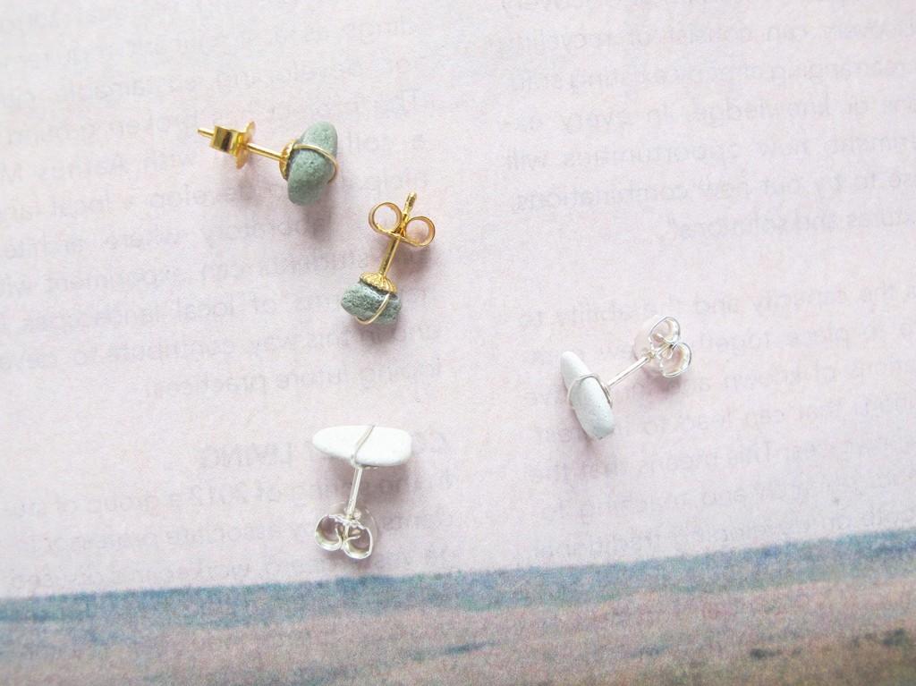 de færdige øreringe i sølv og guld