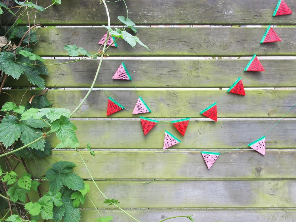 flagranken af vandmeloner i hama perler hænger i haven