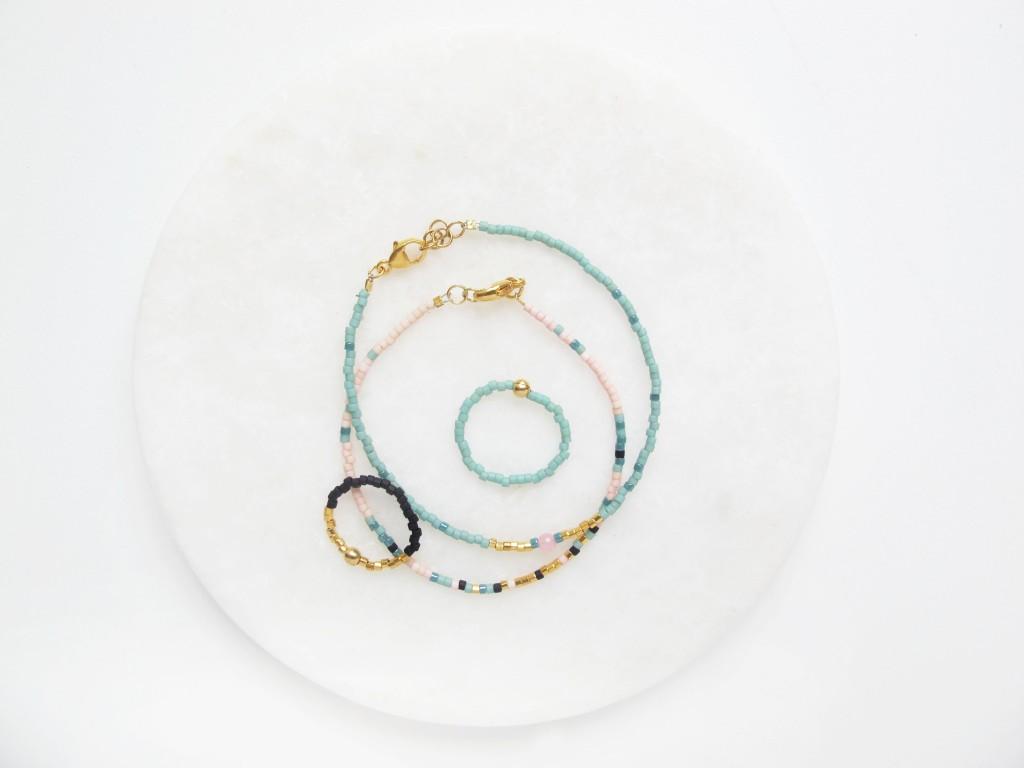 Smykkesæt lavet af små delicas perler
