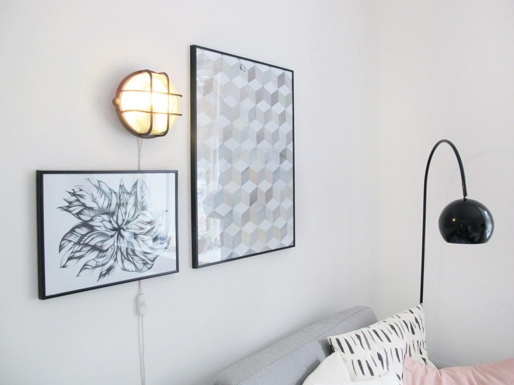 væglampe, gallerivæg og sofa