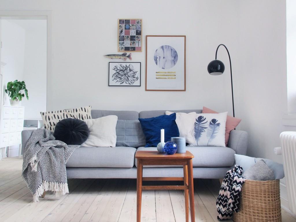 bolig indretning sofa og billedvæg