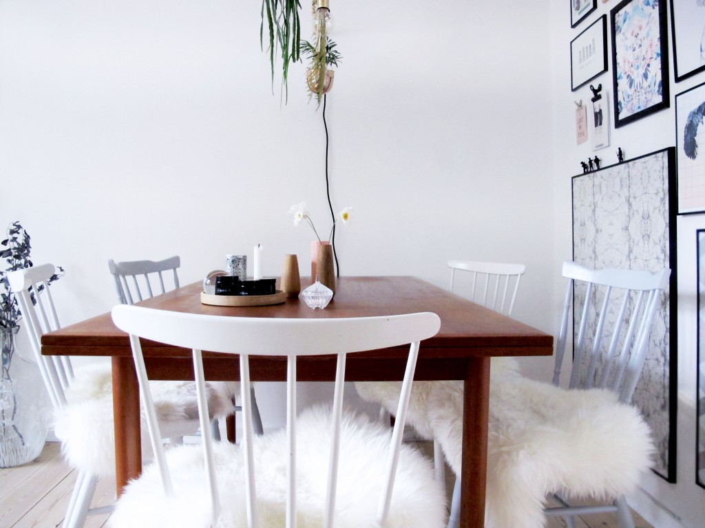 spisebord og stole med hjemmelavet hynder