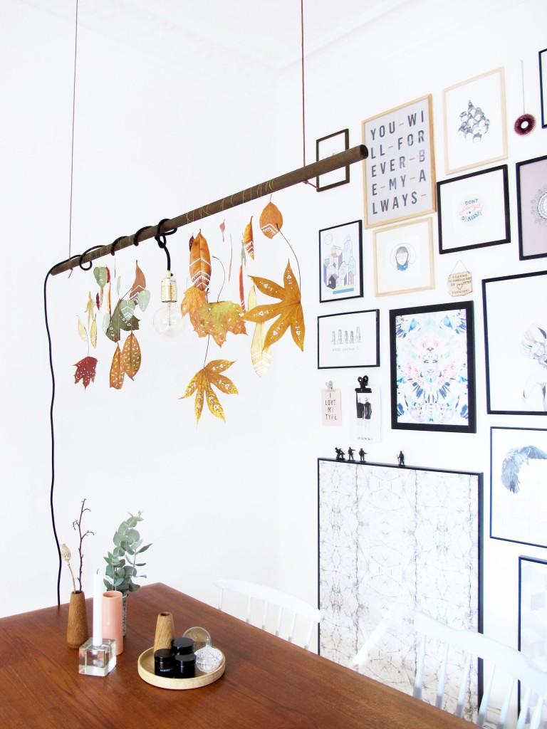 over spisebordet hænger efterårs blade med tegninger på