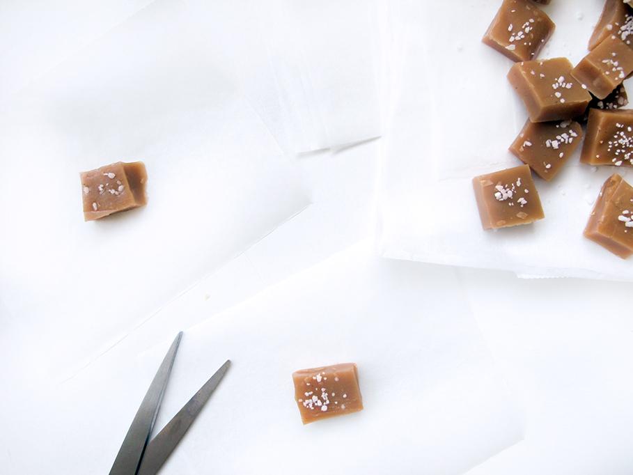 Klip bagepapir i stykker som karamellerne kan rulles i