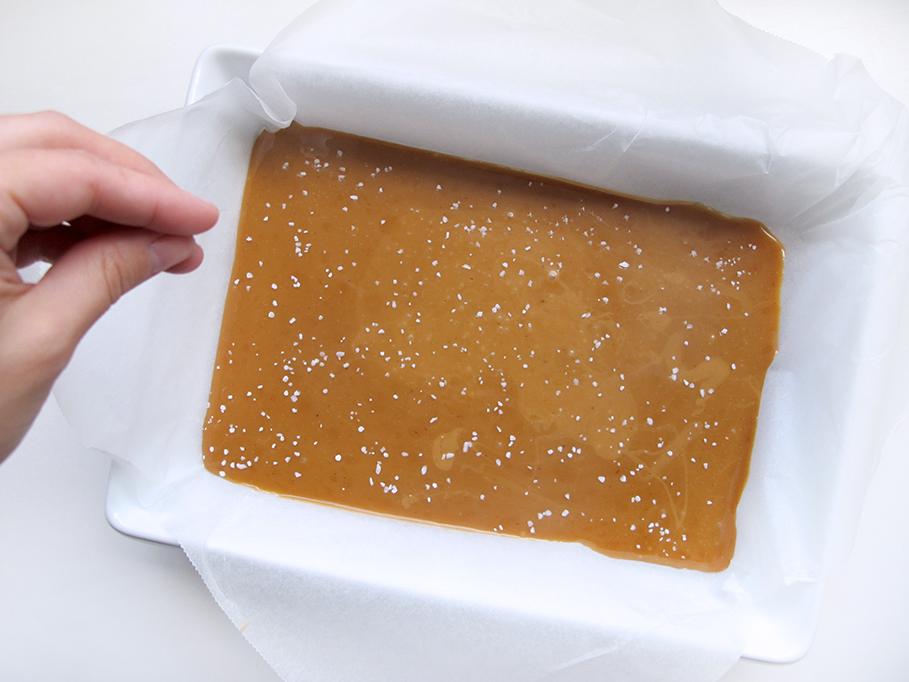 sæt karamellen på køl