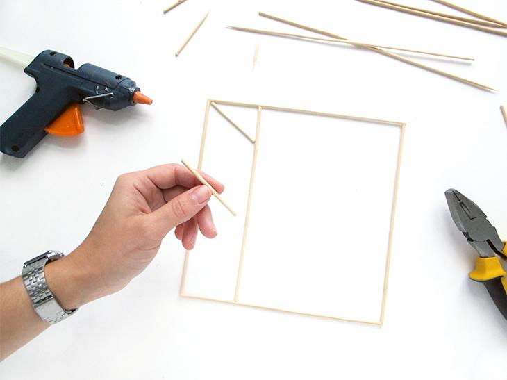 grillspyd placeres i et grafisk mønster