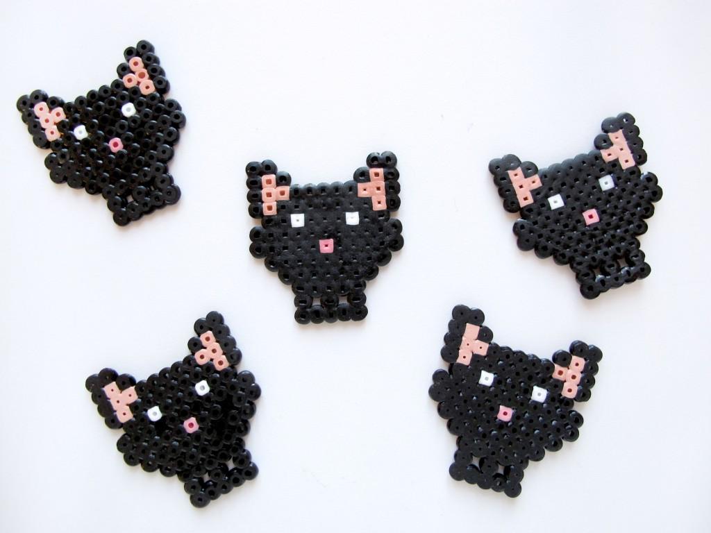 katte med sløjfer lavet i hama perler
