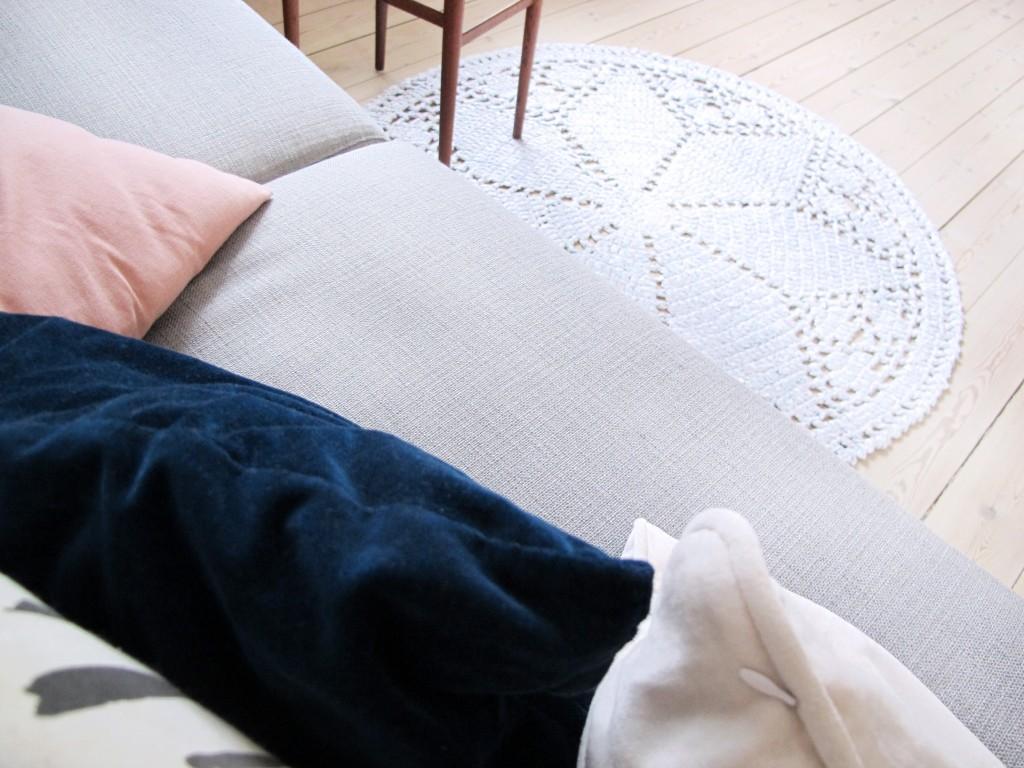 stue indretning med hjemmelavet tæppe